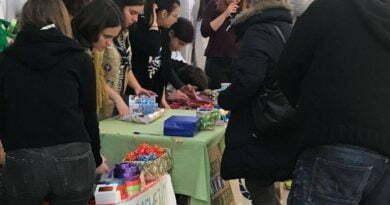 tinerii din mall care impacheteaza cadouri