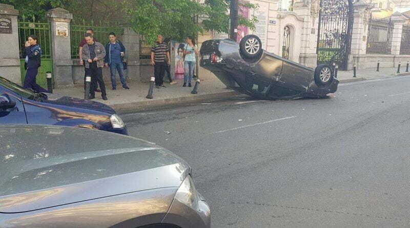 Mașină răsturnată în fața Muzeului de Arta!