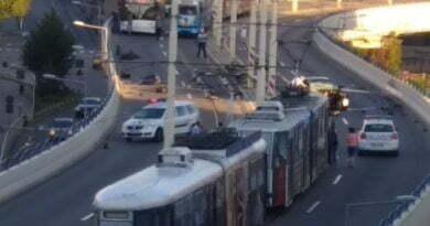 FOTO! Cursă nebună s-a înfipt cu mașina într-un stâlp pe pasajul suprateran!