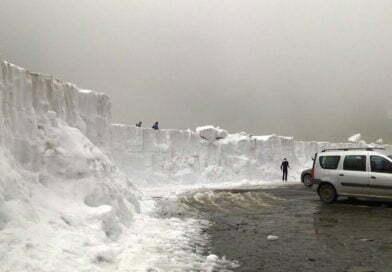 Zăpadă de peste 3 metri, în mijlocul verii. Turiștii, în sandale
