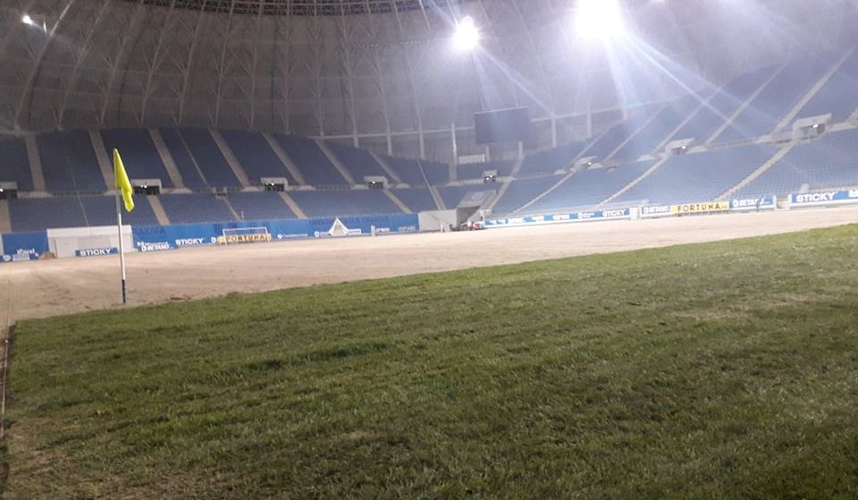 """A început montarea gazonului! Universitatea - Dinamo se putea juca pe  """"Oblemenco"""""""