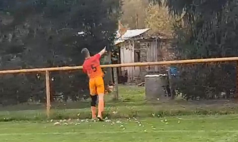 FOTO și VIDEO! Un fotbalist din Croația a omorât o găină în timpul unui meci!