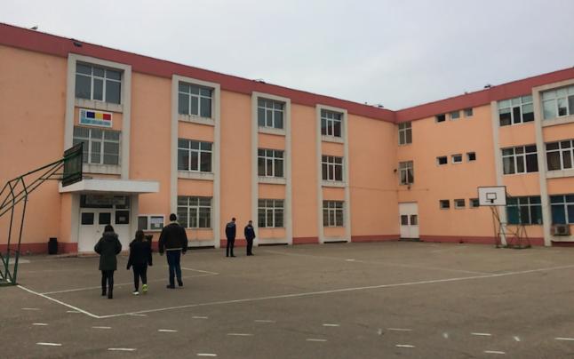 Un elev de 12 ani s-a aruncat de la ultimul etaj al școlii!