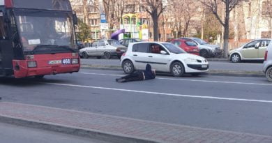 s-a aruncat in fata masinilor in Craiova