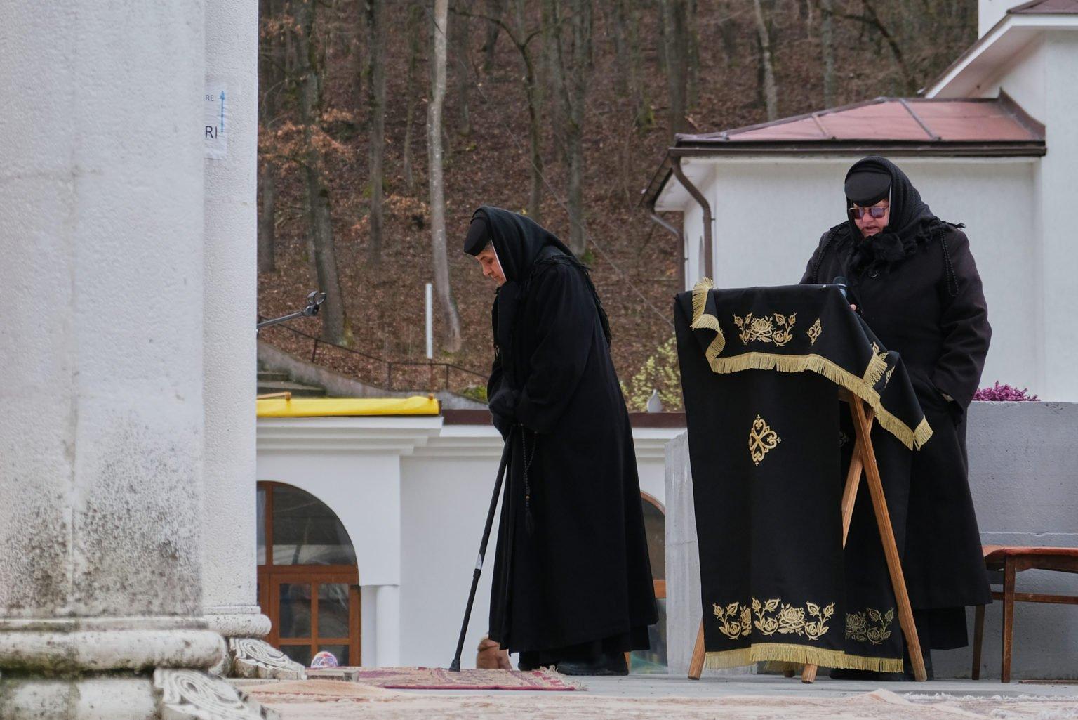 De ce s-au dus cele 9 măicuțe de la Mânăstirea Dragomirna la spital!