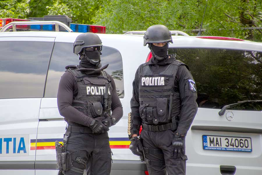 Un polițist a urinat peste un român
