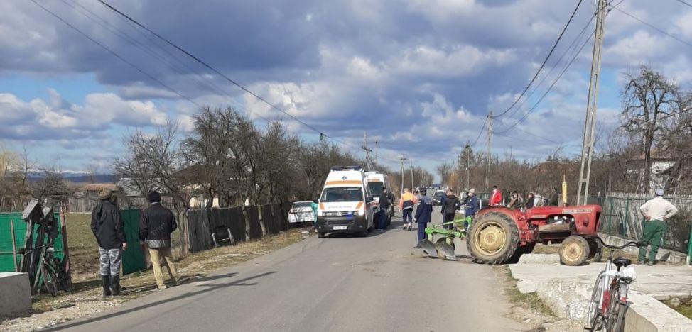 3 pietoni au fost spulberați pe trotuar de un tractor!